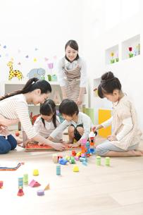 おもちゃで遊ぶ園児と保育士の写真素材 [FYI01306659]