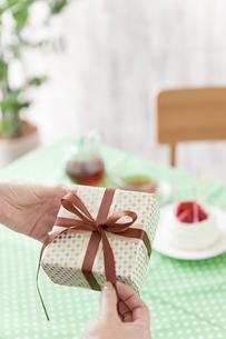ケーキとプレゼントをもつ手元の写真素材 [FYI01306679]