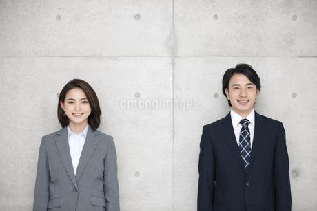 笑顔のビジネスマンとビジネスウーマンの写真素材 [FYI01306682]