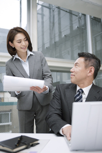打ち合わせをするビジネスマンとビジネスウーマンの写真素材 [FYI01306712]