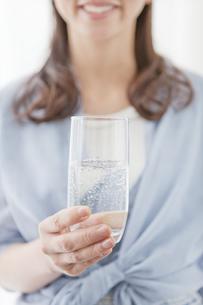 水の入ったコップを持つ人の写真素材 [FYI01306729]