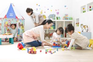 おもちゃで遊ぶ園児と保育士の写真素材 [FYI01306746]
