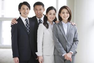 笑顔のビジネスマンとビジネスウーマン4人の写真素材 [FYI01306770]