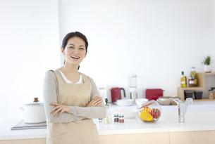 腕組みをする笑顔の女性の写真素材 [FYI01306774]