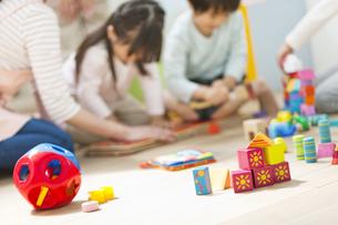 保育園の床に置かれたおもちゃの写真素材 [FYI01306794]