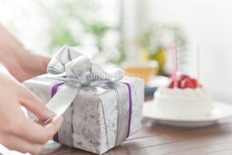 プレゼントを開けようとする手元の写真素材 [FYI01306804]