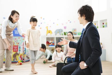 園児と迎えにきた父親の写真素材 [FYI01306842]