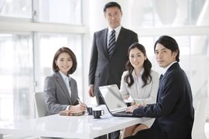 会議をするビジネスマンとビジネスウーマン4人の写真素材 [FYI01306860]