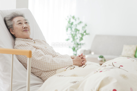介護ベッドに横になるシニア女性の写真素材 [FYI01306889]