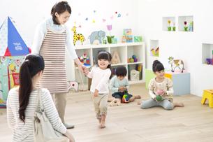 園児と迎えにきた母親の写真素材 [FYI01306893]