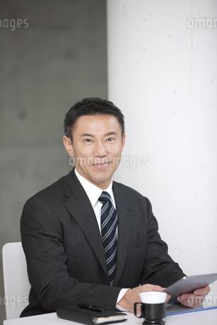 タブレットPCを持つビジネスマンの写真素材 [FYI01306899]