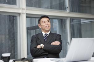 腕組みをするビジネスマンの写真素材 [FYI01306944]