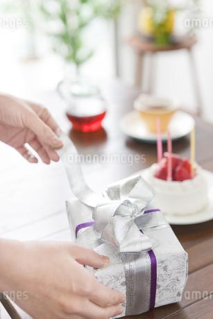 プレゼントを開けようとする手元の写真素材 [FYI01306956]