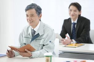 セミナーを受ける中高年男性の写真素材 [FYI01306957]