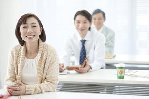 セミナーを受ける中高年女性の写真素材 [FYI01306990]