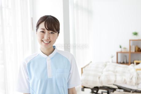 笑顔の女性介護士の写真素材 [FYI01307003]