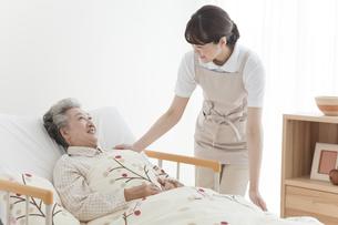 介護する女性とシニア女性の写真素材 [FYI01307016]