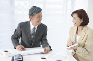 打ち合わせ中のビジネスマンとビジネスウーマンの写真素材 [FYI01307037]