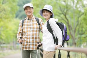 トレッキングをする中高年夫婦の写真素材 [FYI01307180]