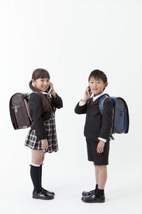 スマートフォンで通話する男の子と女の子の写真素材 [FYI01307185]