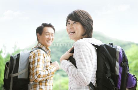 トレッキングをする中高年夫婦の写真素材 [FYI01307235]