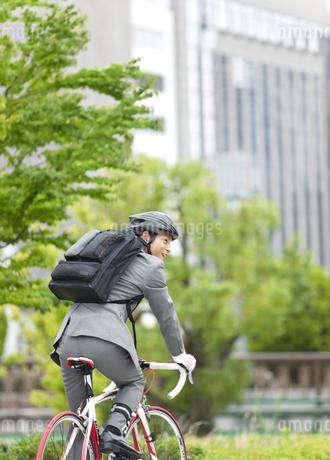 自転車に乗るビジネスマンの写真素材 [FYI01307264]
