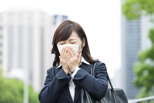 マスクをするビジネスウーマンの写真素材 [FYI01307290]