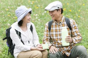 休憩をとる中高年夫婦の写真素材 [FYI01307292]