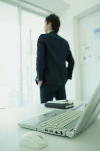 窓辺に立つビジネスマンの写真素材 [FYI01307293]