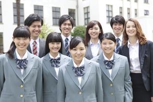 笑顔の高校生と先生の写真素材 [FYI01307336]