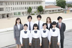 笑顔の高校生と先生の写真素材 [FYI01307338]