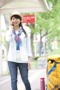 スマートフォンで通話する女性の写真素材 [FYI01307357]