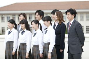 笑顔の高校生と先生の写真素材 [FYI01307370]