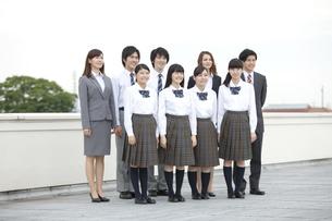 笑顔の高校生と先生の写真素材 [FYI01307371]