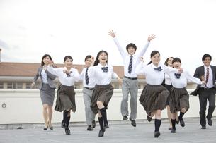 屋上を走る高校生と先生の写真素材 [FYI01307372]