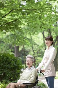 車椅子に乗るシニア女性と介護士の写真素材 [FYI01307378]