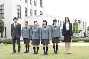 笑顔の女子校生と先生の写真素材 [FYI01307382]