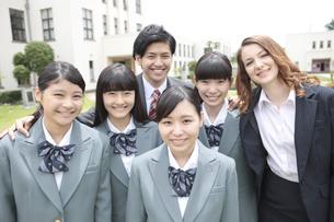 笑顔の女子校生と先生の写真素材 [FYI01307391]