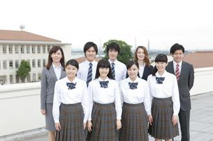 笑顔の高校生と先生の写真素材 [FYI01307392]