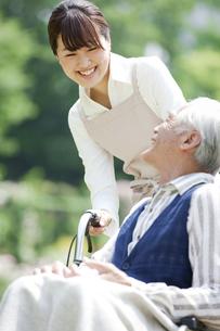 車椅子に乗るシニア男性と介護士の写真素材 [FYI01307402]