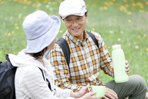 休憩をとる中高年夫婦の写真素材 [FYI01307431]