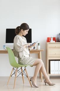 タブレットPCを操作する女性の写真素材 [FYI01307454]
