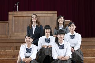 笑顔の女子校生と先生の写真素材 [FYI01307456]