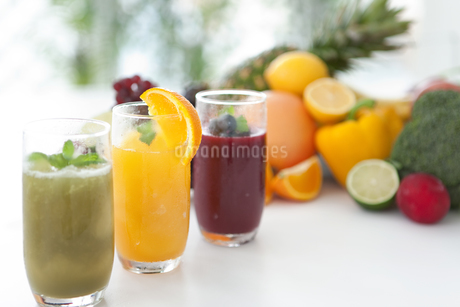 スムージーと果物の写真素材 [FYI01307492]