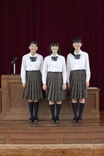壇上に立つ女子校生の写真素材 [FYI01307525]