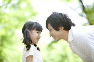 笑顔の親子の写真素材 [FYI01307537]