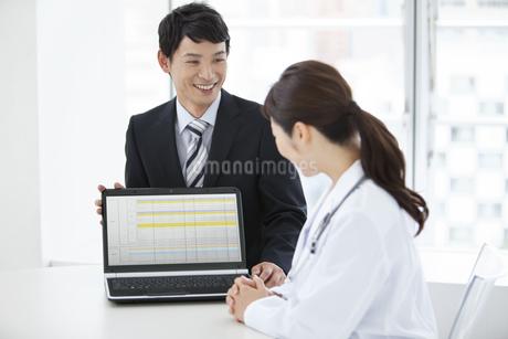 女医とビジネスマンの写真素材 [FYI01307600]