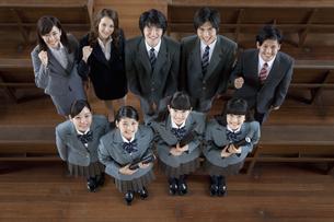 卒業証書を持つ高校生と先生の写真素材 [FYI01307611]
