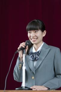 スピーチをする女子校生の写真素材 [FYI01307646]