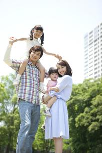 笑顔の家族4人の写真素材 [FYI01307661]